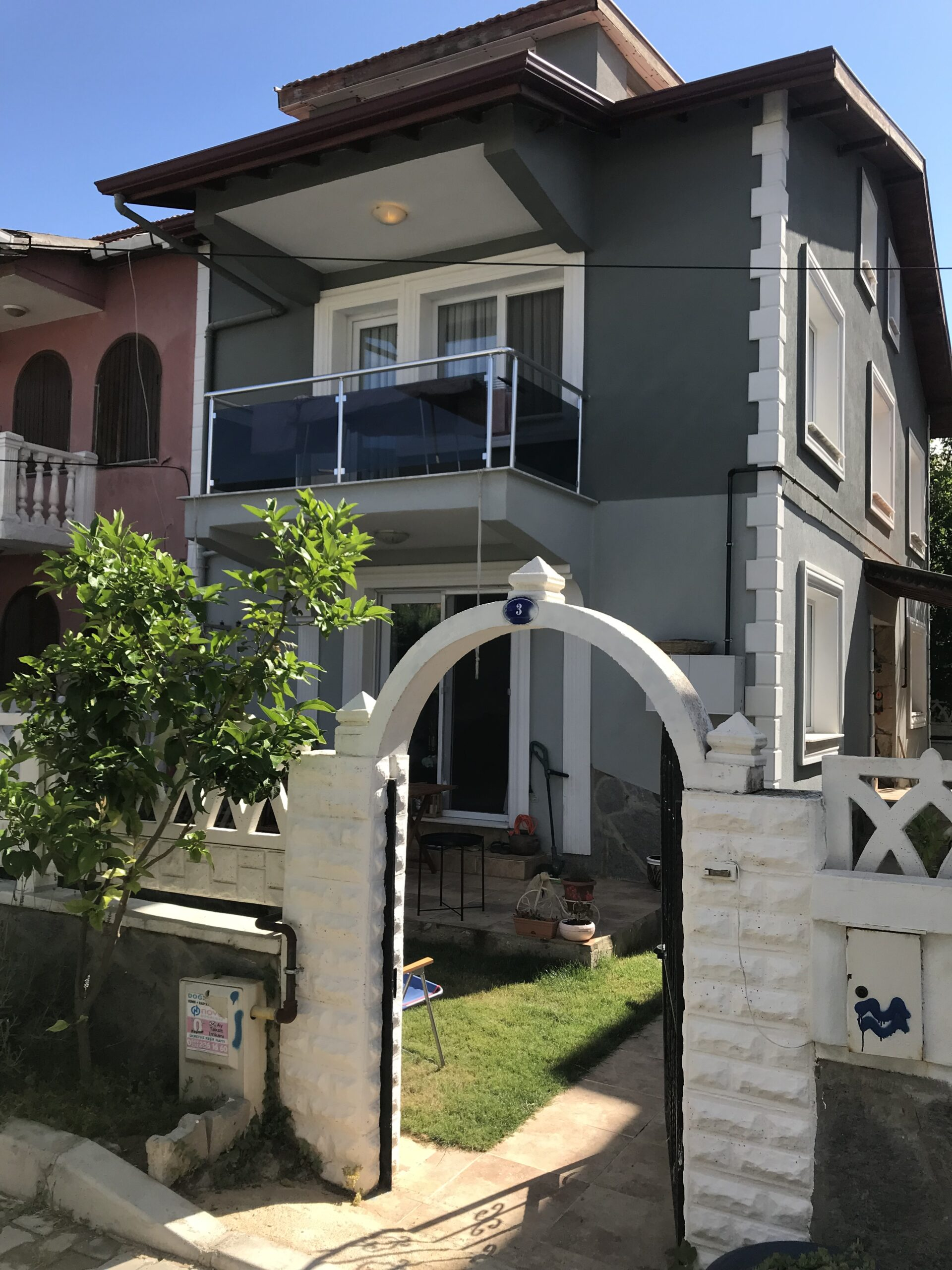 Urla Zeytinalanı Çamlıçay'da Satılık 4+1 Bahçeli Tripleks Villa